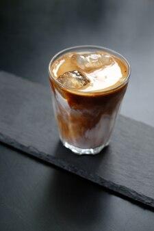 ガラスの上の白いミルクとアイスコーヒー