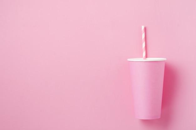 Один розовый бумажный стаканчик кофе на розовом фоне бумаги света. ноль отходов концепции.