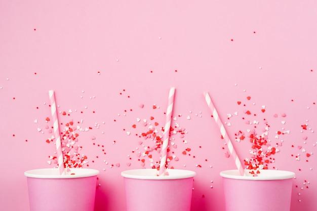Три розовый бумажный стаканчик кофе на розовом фоне бумаги света. ноль отходов концепции.