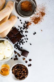 イタリアのデザートティラミス、サボイアルディ、マスカルポーネ、ココアパウダー、チョコレートを作るための材料