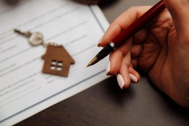 家の販売の署名された契約上の家の鍵とお金