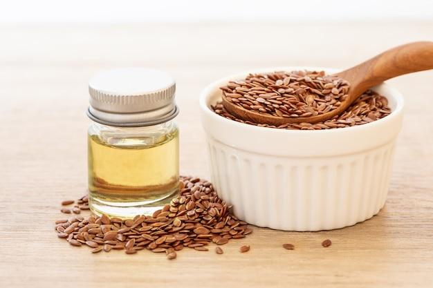 Эссенциальное масло и семена льняного семени, здоровое питание сердца, которое является суперпродуктом и богатым омегой