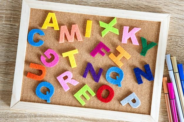 ピンボードの背景にカラフルな英語のアルファベット