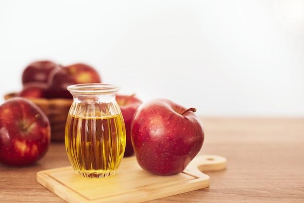 赤いリンゴ果実とアップルサイダー酢ジュースを閉じる