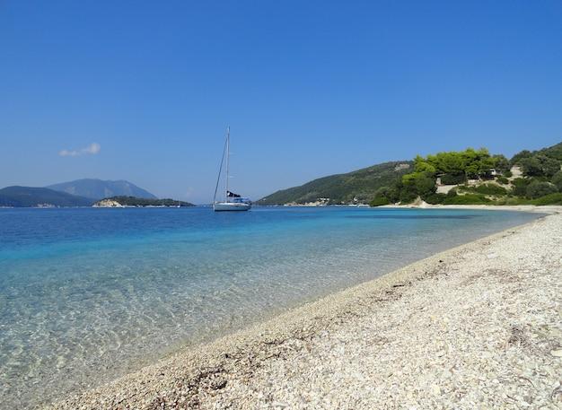 レフカダ島ギリシャ水の空とボートの海の風景