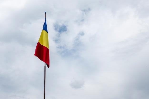 ルーマニアの旗、旗、旗、風、吹く、青、空
