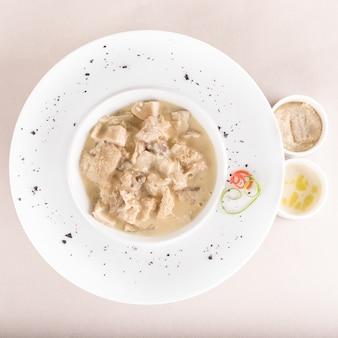 Суп-суп, подается с чесночным соусом - муйдеи - и соусом из хрена