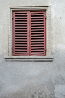 石の壁のファサードの窓