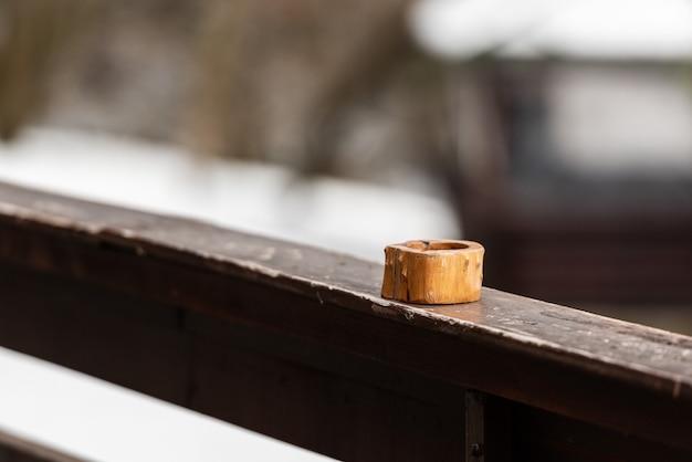 木製のテーブルの上の木製の灰皿。セレクティブフォーカス