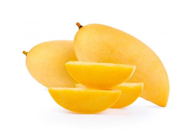 Желтое манго на белом фоне
