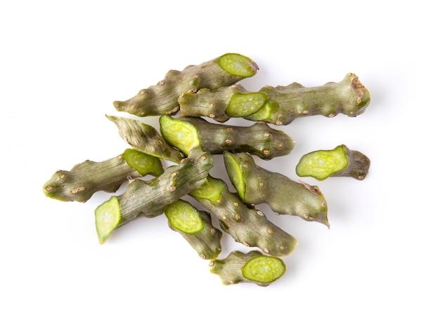 白で隔離される緑の葉とティノスポラコーディフォリアまたはボラペット