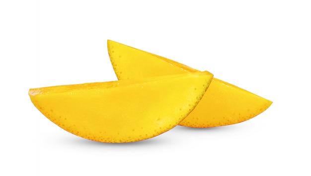 Ломтик манго на белом фоне