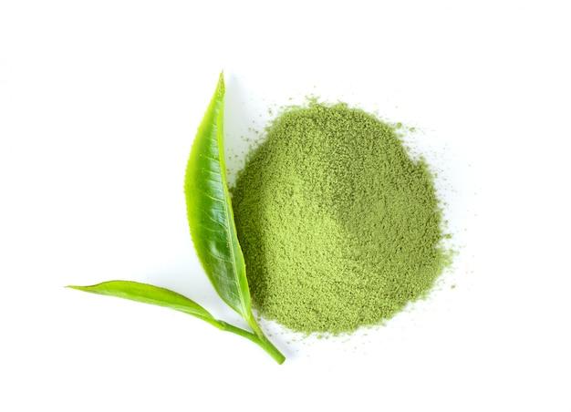 茶葉と抹茶緑茶粉末人里白い背景の上。上面図