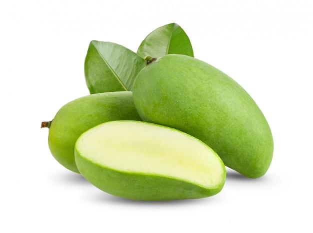 Зеленый манго на белом столе.