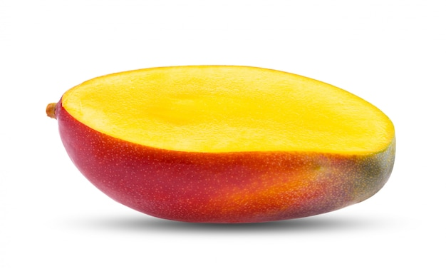 Ломтик манго на белом столе.
