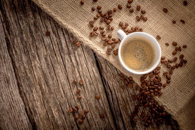 Вид сверху свежесваренной чашки вкусного кофе
