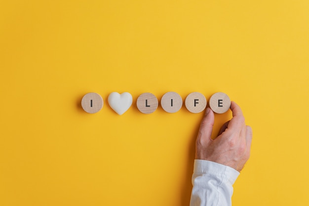 男性の手、私は人生を愛する