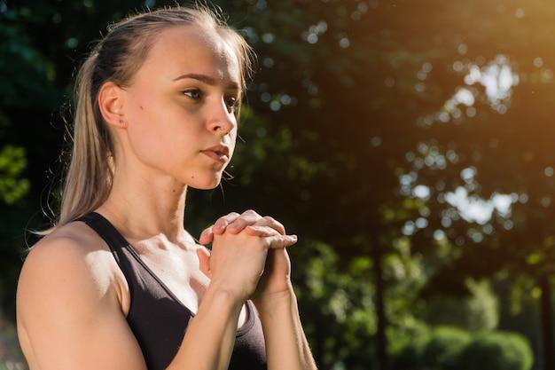 Спортивная стильная молодая девушка заниматься спортом на открытом воздухе. концепция фитнес-тренировки на закате летом