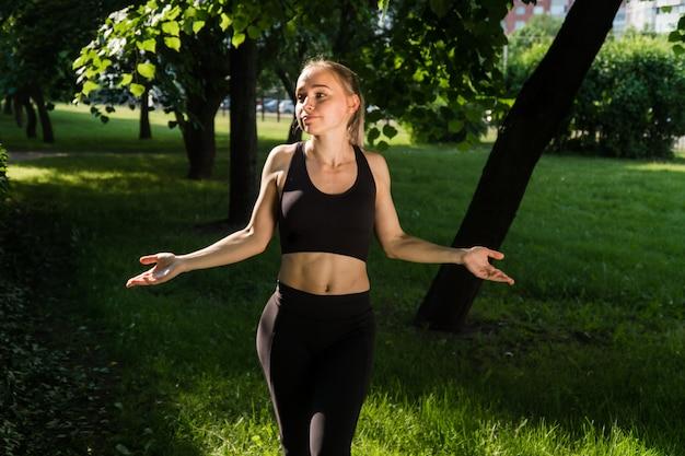 公園でスポーツを行う若い女性