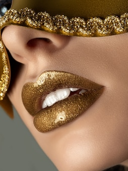 美しい女性の唇のクローズアップ表示