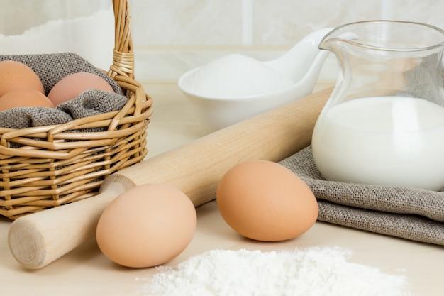牛乳、卵、小麦粉のクローズアップ