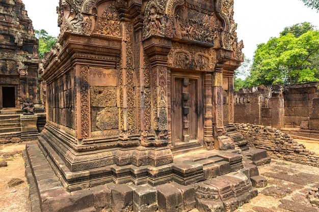 Храм бантей срей в комплексе ангкор-ват в сиемреапе, камбоджа