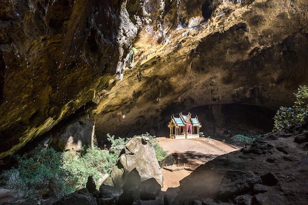 プラヤナコン洞窟、タイ国立公園カオサムロイヨートのロイヤルパビリオン