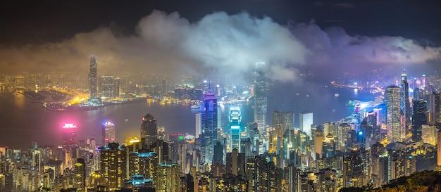 夜の香港ビジネス地区のパノラマ
