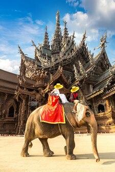 観光客はタイのパタヤのサンクチュアリオブトゥルースの周りを象に乗る