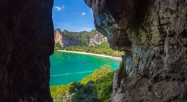 Панорамный вид из пещеры на пляже рейли в краби, таиланд