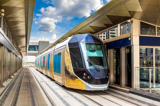 Новый современный трамвай в дубае
