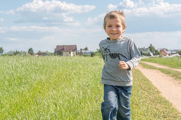 Счастливый мальчик работает на поле