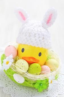 Пасхальное украшение с маленькой уткой и яйцами