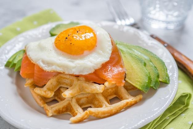 健康的な食事食品朝食オートミールワッフル、スモークサーモン、アボカド、卵