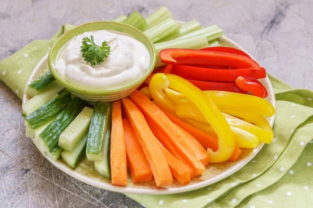 Ассорти из свежих овощей с соусом