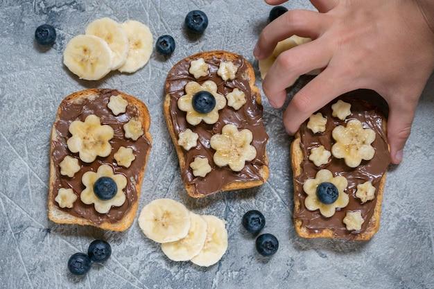 Тостовый хлеб с шоколадной пастой и бананом