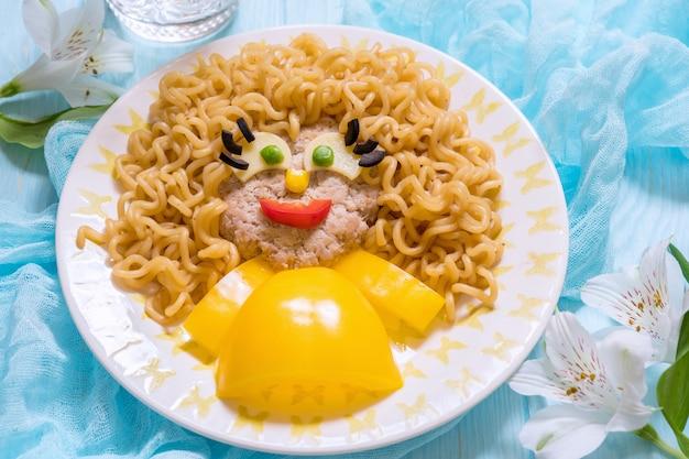 カツ、パスタ麺と野菜のおかしい女の子食品顔