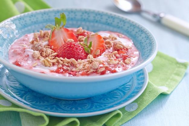 Йогурт с клубникой и мюсли