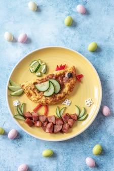Омлет с куриным яйцом, ветчиной и овощами на завтрак