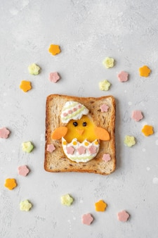 Пасхальное куриное яйцо в отверстии тоста