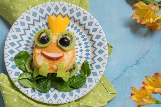 Детский завтрак - лягушка принц блин
