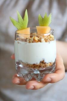 Свежий фруктовый парфе с йогуртом и мюсли для пасхального завтрака