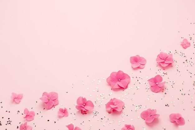 Розовые цветы и золотые конфетти для праздничного фона