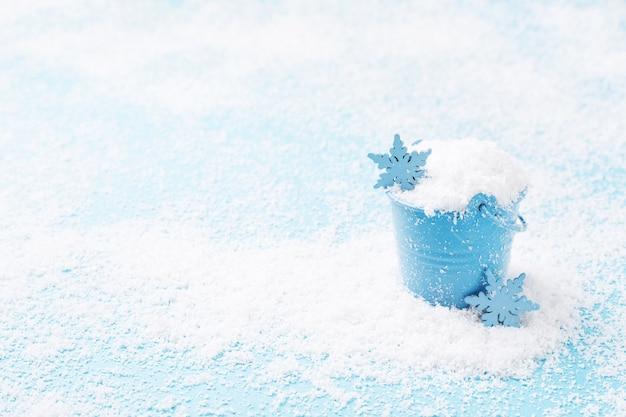 雪コピースペースの小さな青いバケツ冬の休日の概念。