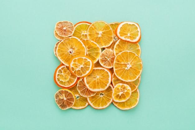 乾燥した柑橘類のスライスターコイズのレモンとオレンジ