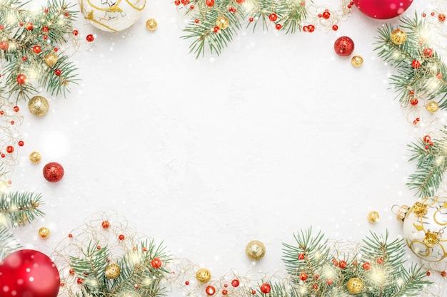 白のトウヒ、赤と金のクリスマスの装飾のクリスマスフレーム。