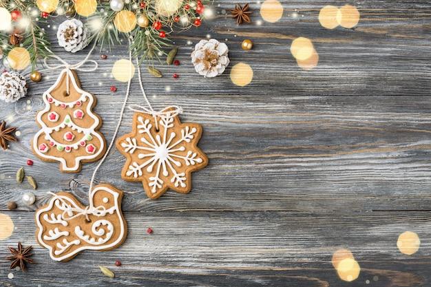 ジンジャーブレッドクッキー、木製のクリスマスの装飾。
