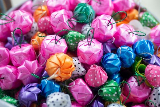 クリスマスの季節のお祝いイベントのハンギングボールデコレーションに似ているアジアの葬儀用の伝統的なリボンフラワーボール