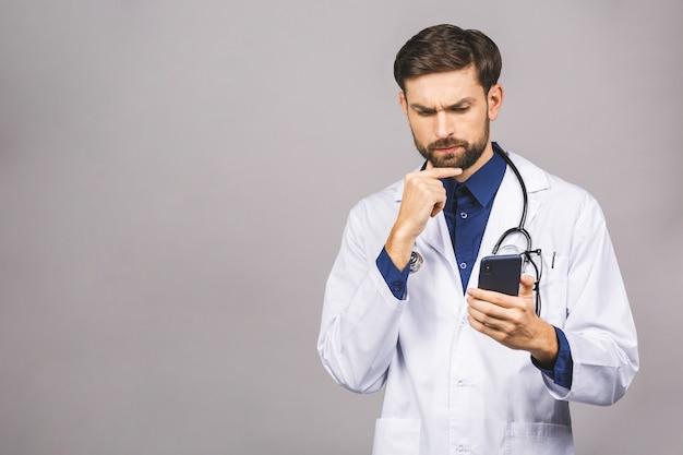 Серьезный доктор текстовых сообщений на смартфоне