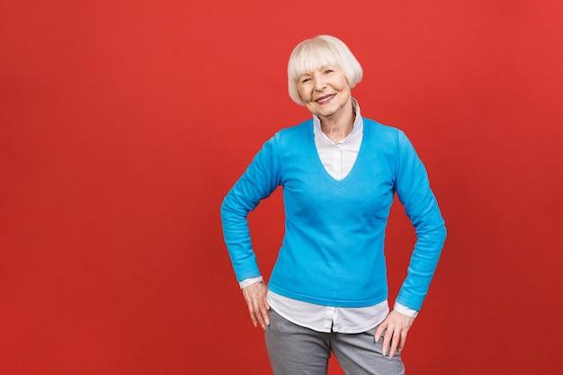 眼鏡をかけているシニア幸せな高齢者実業家。探していると笑顔の美しい老婆。